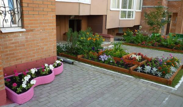 зоны с растениями у жилого дома