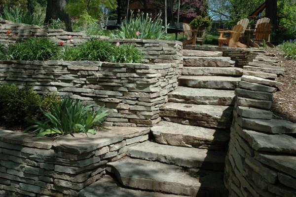 подпорные стенки и лестница в саду